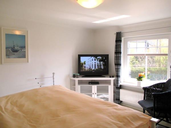 Schlafzimmer mit Blick zum Flachbild-TV