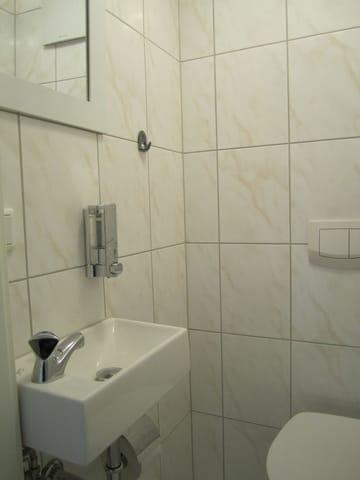 Kleine Toilette mit Waschgelegenheit 1. Etage