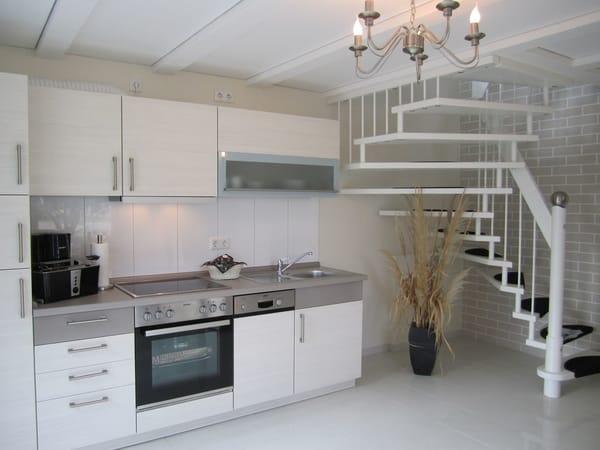 moderne Vollkomfortküche im cappucino-creme Farbton mit Blick zur weißen eleganten  Treppe in die 1.Etage