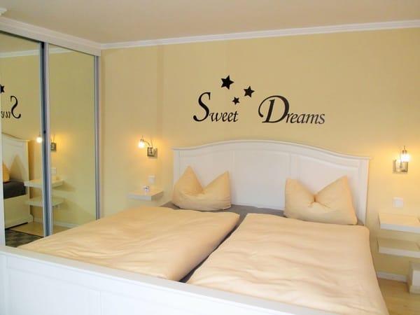 helles Schlafzimmer im creme-weißen Ton mit 7 Zonenkomfortmatratzen(24cm Höhe),Platz für 1 Ki.Reisebett (vorhanden)mit Flachbild-TV
