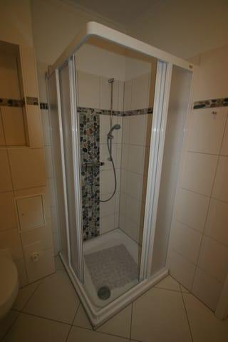Dusche mit Eckeinstieg