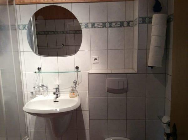 Bad mit Dusche,Waschbecken,WC,Fön