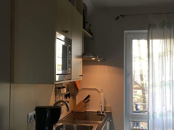 voll ausgestattete Küche mit Geschirrspüler und kombiniertem Grill/Mikrowelle