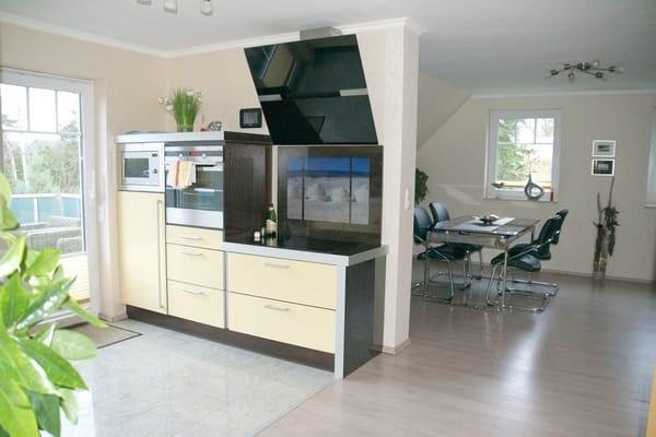 Schlichte und elegante Formen in der Küche, in der es an nichts fehlt