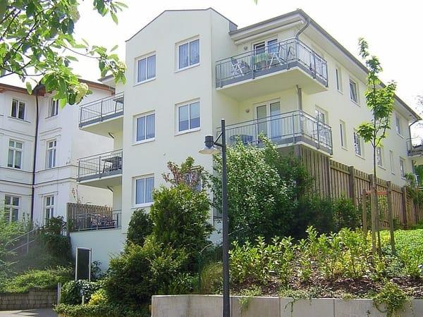 """Haus """"Ferienidyll"""" in der Goethestraße. Die Wohnung mit Südwest-Ausrichtung befindet Sie im mittleren Geschoss (1.OG). Ihren Pkw können Sie in der Tiefgarage parken."""