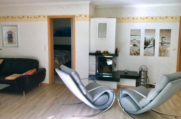 Wohnzimmer mit Schaukelstühlen zum wohlfühlen vor dem Kamin