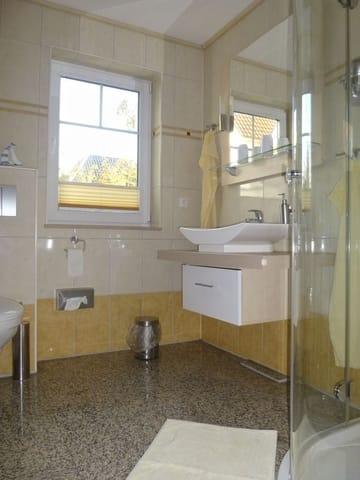 Badezimmer mit Eckrunddusche