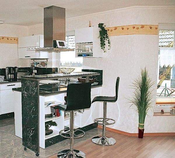 Die Küche mit Bartresen lädt zum gemütlichen Essen und Trinken ein