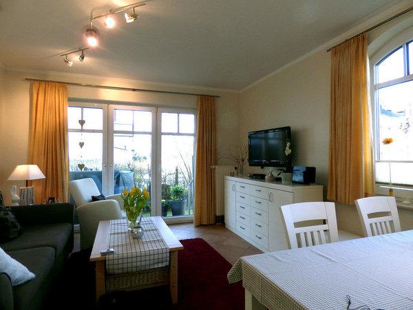 Wohnzimmer mit TV, HIFI-Anlage, DVD-Player, kostenloses WLAN