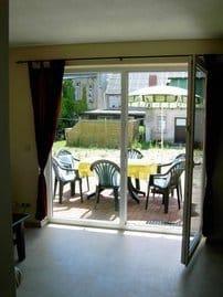 Blick vom Wohnzimmer/Küche zur Terrasse