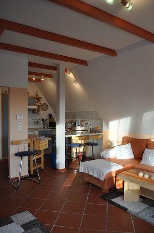 Die offene Küche mit Blick in den Wohnbereich und zum Sonnenbalkon