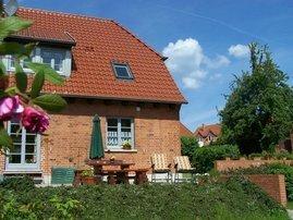 Gartenansicht des Hauses mit Terrasse