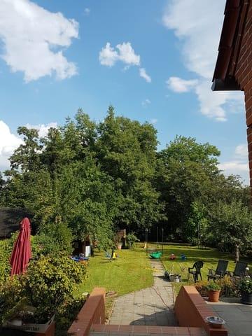 Blick in den Garten ... links befindet sich der Sitzplatz für diese Wohnung