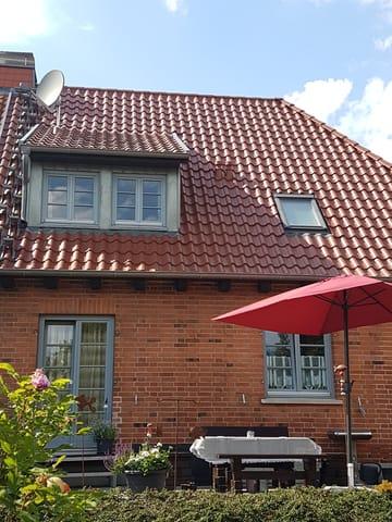 Rückansicht des Hauses mit Terrasse der Erdgeschoss-Wohnung