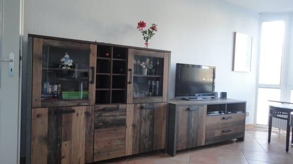 Schrank mit TV und Dolby Surround