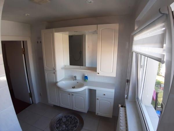 Duschbad mit WC und Fenster