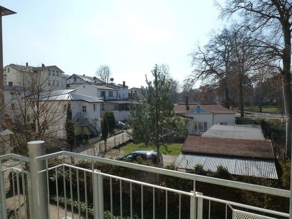 Blick vom Balkon auf das Grundstück