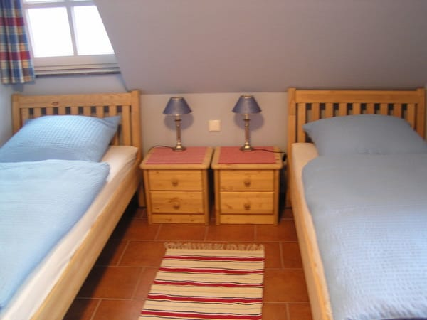 zweites Schlafzimmer mit 2 Einzelbetten 90 x 200 cm, Kleiderschrank und Fernseher