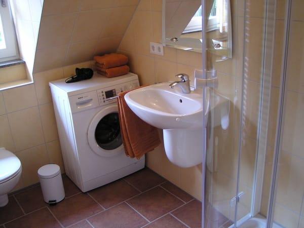 Bad im Obergeschoss mit Waschmaschine, Fussbodenheizung und Handtuchheizkörper