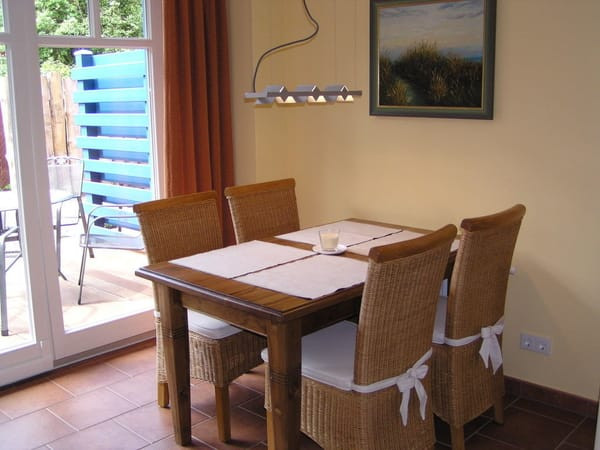 Essbereich, Wohnzimmer mit Fußbodenheizung und Heizkörper, Hebeschiebetür zur Terrasse