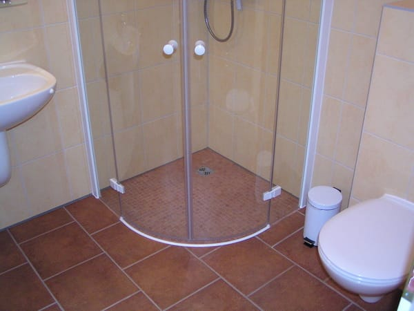 bodengleiche Dusche im EG, Bild: 5*Reihenhaus Darsswald. Alle Bäder im Haus mit Fenster
