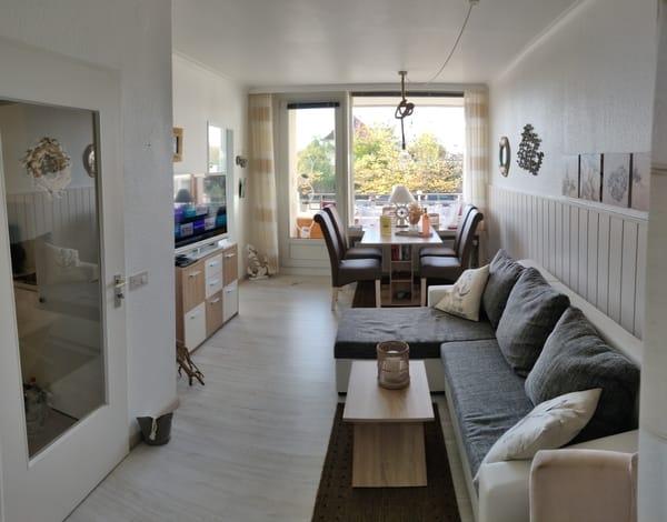Wohnzimmer und Tür zum sep. Schlafzimmer