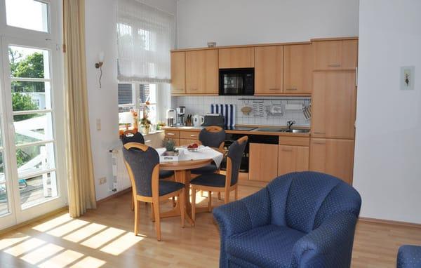 Essbereich mit komplett ausgestatteter Küche