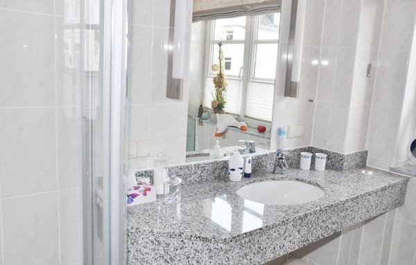 Badezimmer mit Fenster und Echtglasdusche