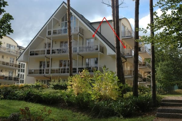 """Blick vom Kurpark, die """"Strandnähe"""" befindet sich im 2.OG, siehe Pfeile (kl. und gr. Balkon)"""