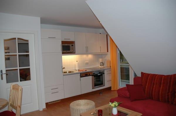 Komplett ausgestattete Küche mit Geschirrspüler, Backofen, 4 Ceran-Kochfeld, Mikrowelle, Kühlschrank mit separaten Eisschrank, elektr. Küchenkleingeräte.