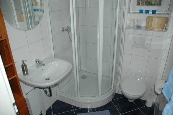 Dusche und WC mit Fenster,...ein Fön liegt hier für Sie bereit.