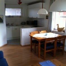 Bereits morgens im Sonnenstrahl frühstücken. Die Küche ist u.a. mit Herd, Backofen, Mikrowelle, Geschirrspüler,Wasserkocher, Toaster u.v.m. ausgestattet. Sie wurde 2014 komplett erneuert.