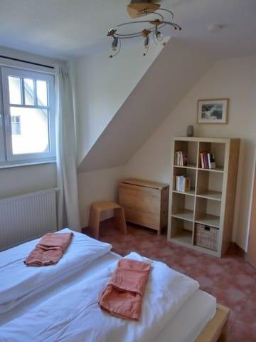 Unteres Schlafzimmer      ..... und wer unbedingt noch arbeiten muss, der Tisch in der Ecke kann ausgeklappt werden und es steht ein kleiner Arbeitsplatz zur Verfügung.