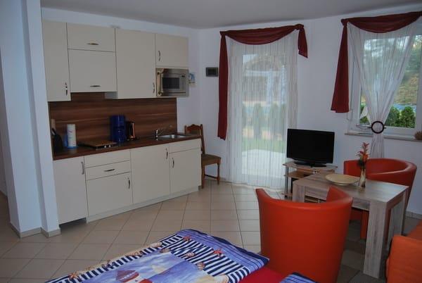 komplett ausgestattete Küchenzeile mit Kochplatte, Mikrowelle, Kaffeemaschine und Toaster