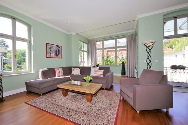 großes Wohnzimmer mit moderner Sitzgruppe