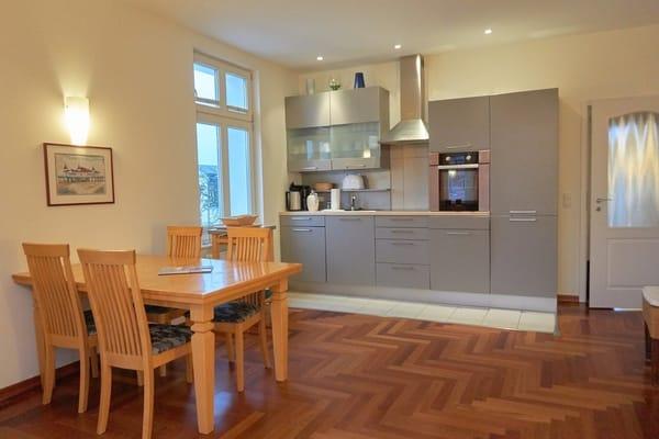 Küchenzeile mit Essplatz im Wohnzimmer