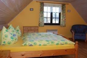 Gr. Schlafzimmer mit Doppelbett ,hier kann eine Aufbettung gemacht werden