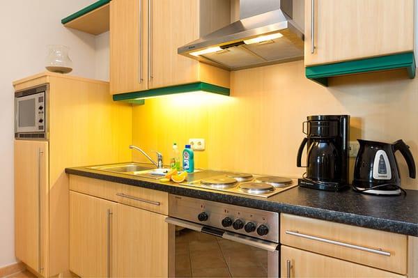 Die Küchenzeile ist komplett ausgestattet mit Backofen, Mikrowelle, Geschirrspüler etc.