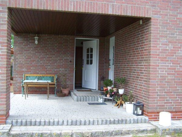 großzügig überdachter Eingangsbereich, auch für Raucher geeignet