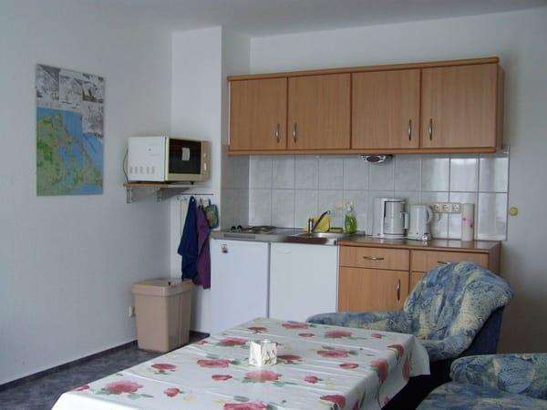 Küchenbereich mit Kaffeemaschine, Wasserkocher, Toaster, Microwelle und zwei Kochplatten.Separate Backröhre kann gegen Aufpreis gestellt werden