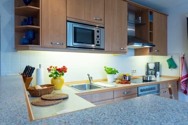 Küchenmöbel mit Mikrowelle integriert