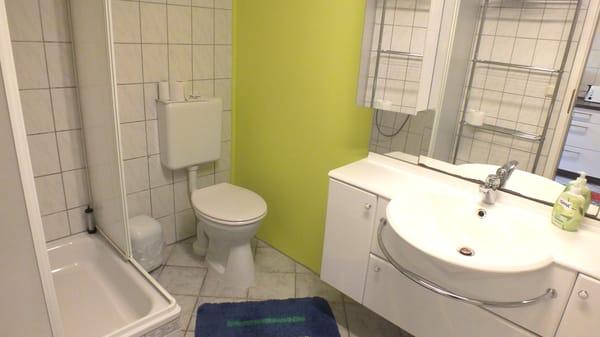 WC/Bad mit Dusche und Wanne