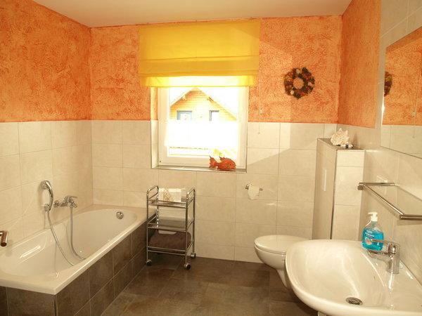 Bad im 1. OG zur Entspannung mit Wanne, Dusche und WC