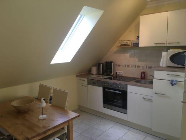 Komplett ausgestattete Küche und Essbereich