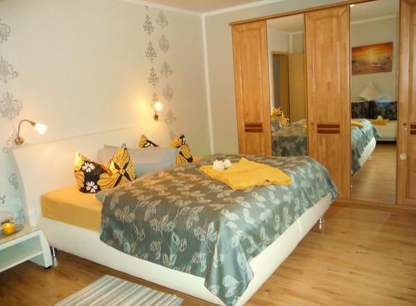 Schlafzimmer, Doppelbett mit Boxspringmatratze