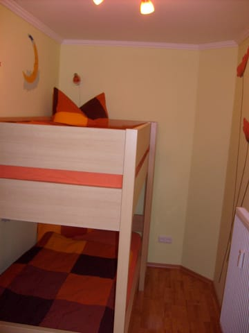 Schlafraum mit großem Doppelstockbett