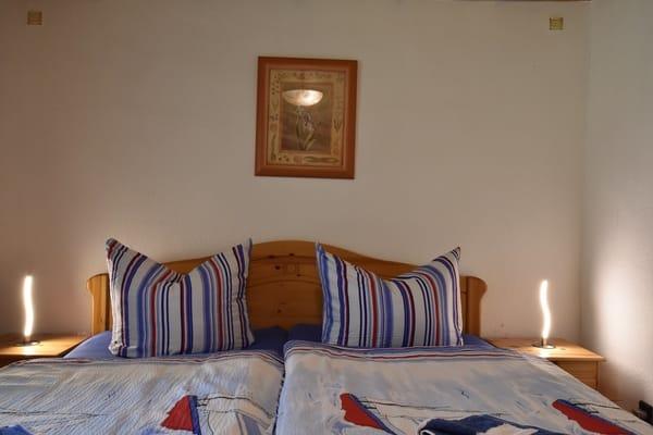 Erste Schlafzimmer mit Doppelbett u. großem Kleiderschrank