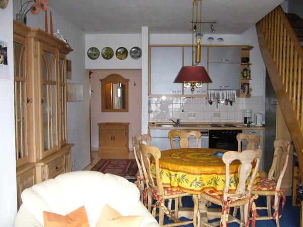 Essbereich + Küchenzeile mit Blick in den Flur