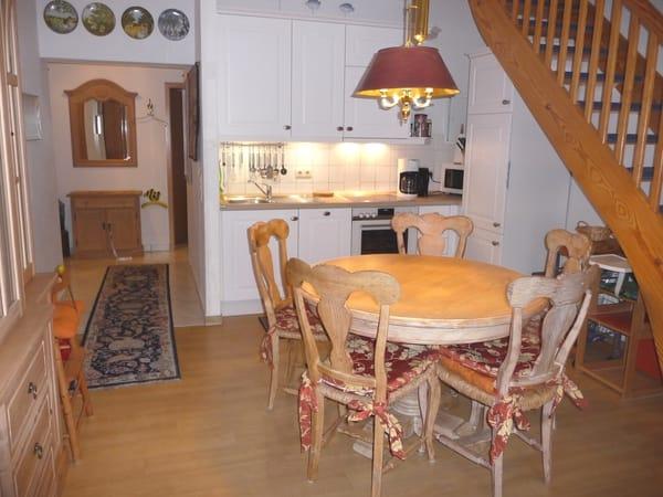 Essbereich und Küchenzeile mit Blick in den Flur
