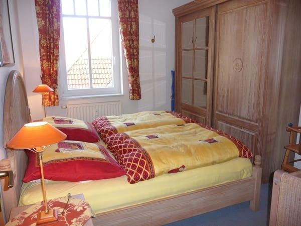 Doppelbett und Kleiderschrank Schlafzimmer unten